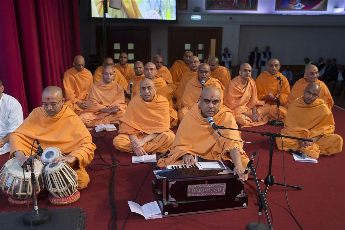Swamis of UK and Europe sing before Swamishri in his puja