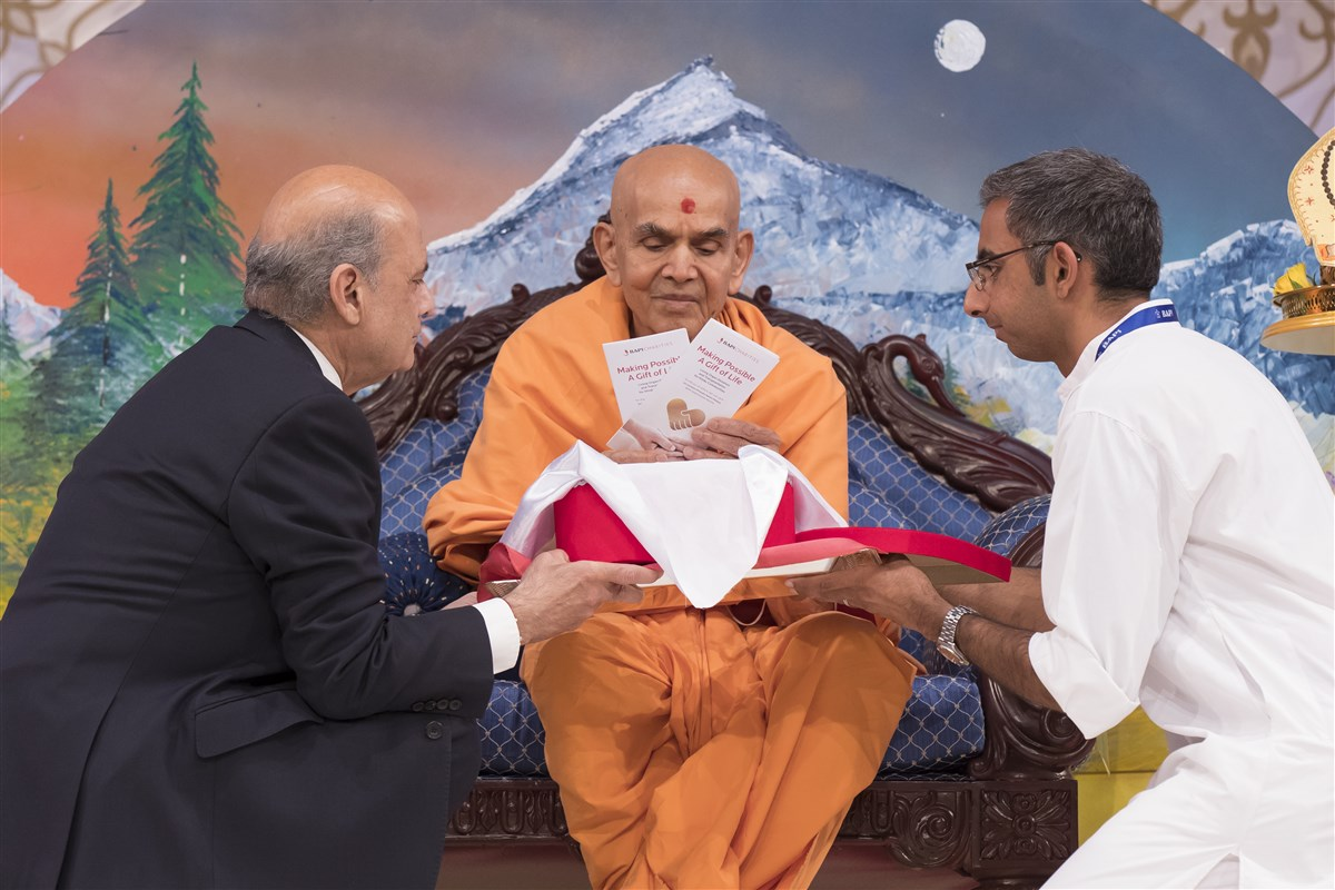 "Swamishri inaugurates the 'Living Organ Donation' awareness campaign <br>For more details, please click <a href=""http://londonmandir.baps.org/forthcoming-events/living-organ-donation/"" target=""blank"" style=""text-decoration:underline; color:blue;"">here</a>"
