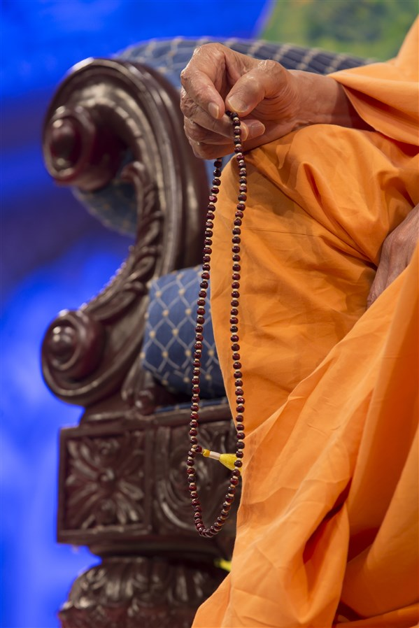 Swamishri turning the mala in the evening assembly