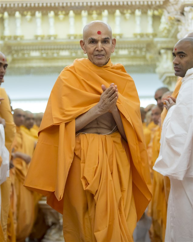 Swamishri engaged in the darshan of Shri Nilkanth Varni with folded hands