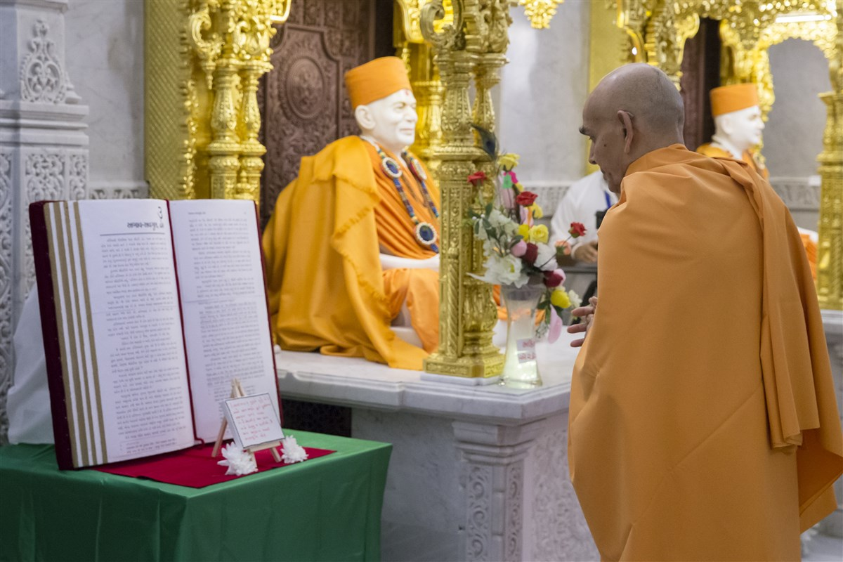 Swamishri observes a display reiterating the key themes of today's 'Sanyukta Mandal Din'
