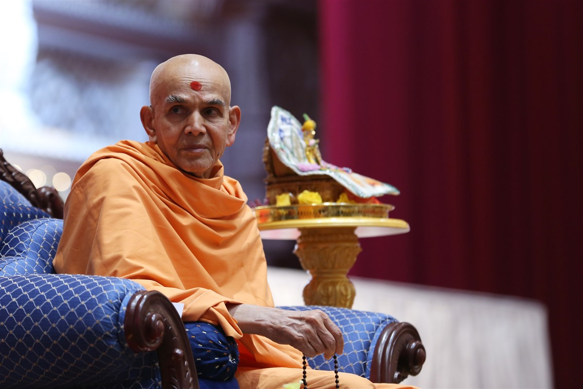Swamishri listens attentively to an introduction of the vadil devotees' activities