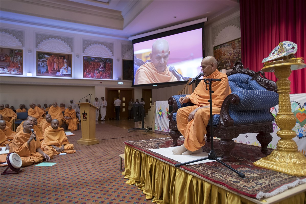 Swamishri engages in a question-and-answer session...