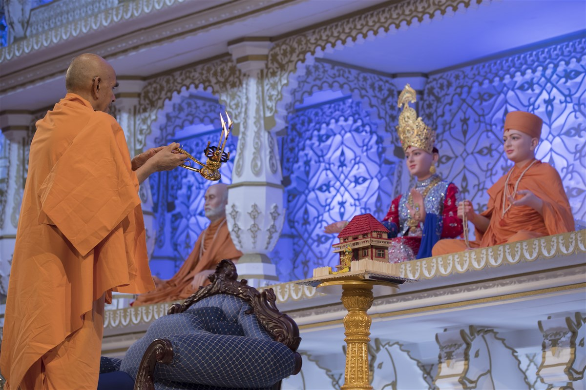 Swamishri performs the arti in the evening assembly