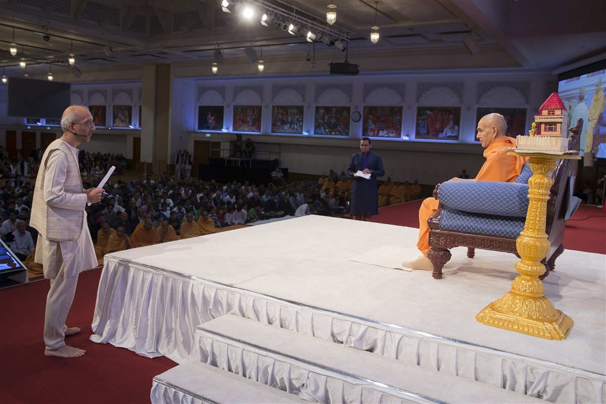 Swamishri listens attentively to the evening programme