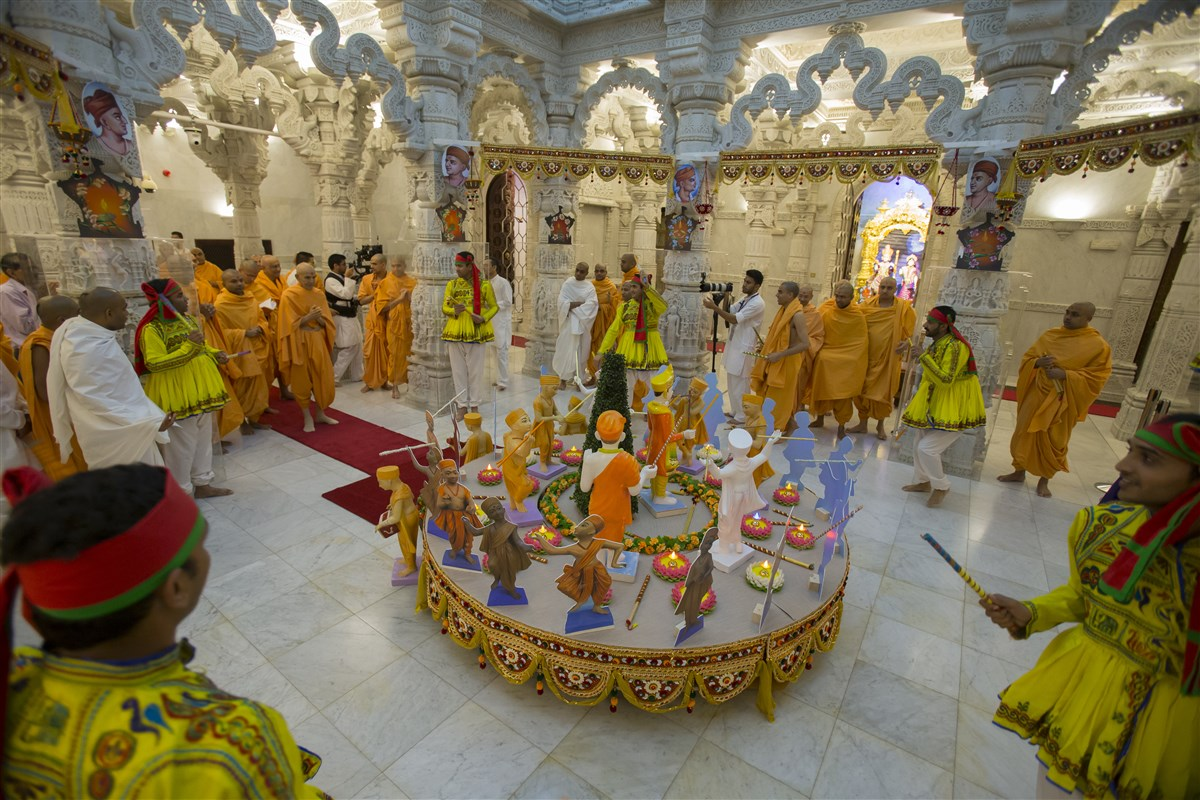 Swamishri observes a display depicting the holy raas between Bhagwan Swaminarayan and Gunatitanand Swami, in celebration of today's Sharad Purnima festival