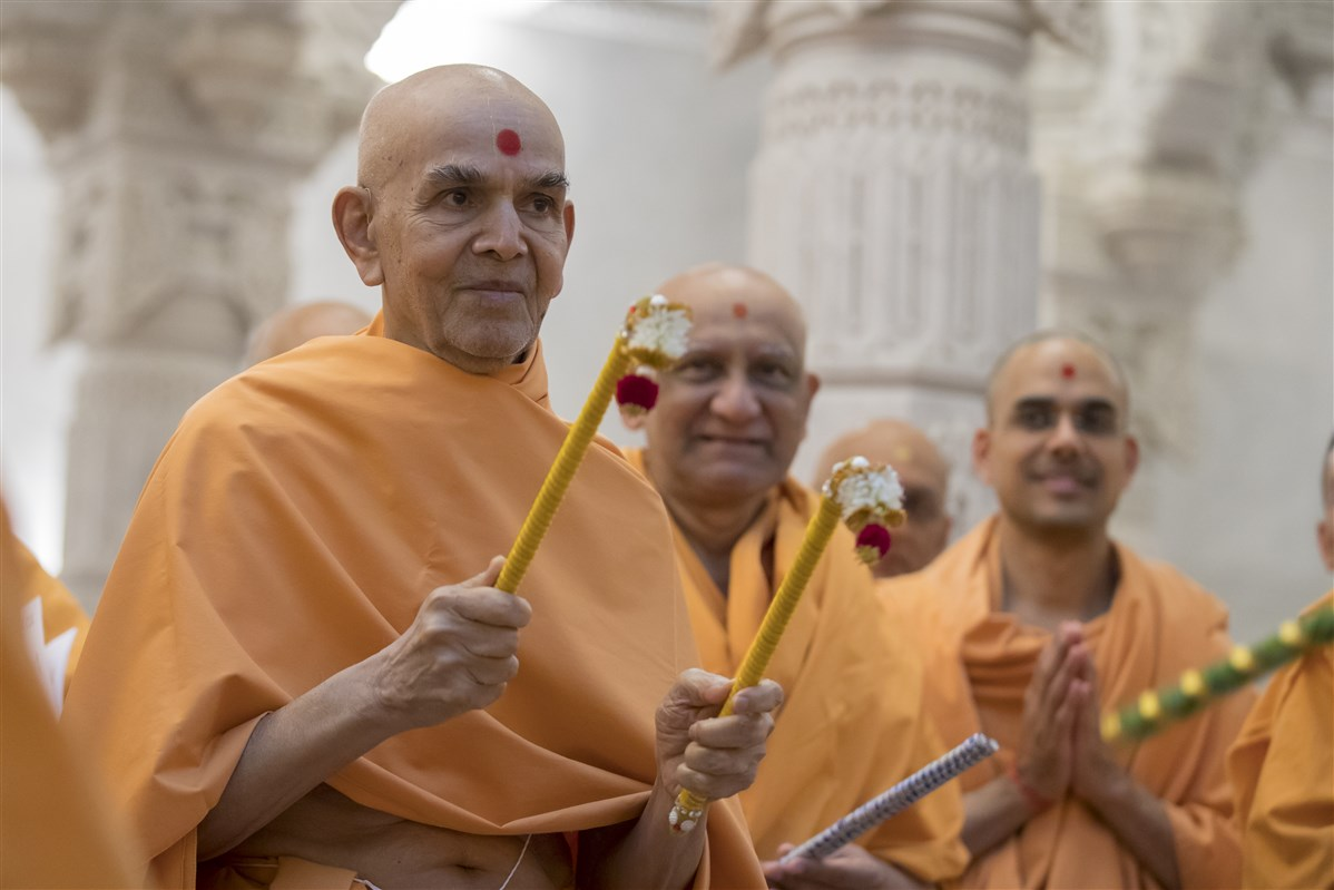 Swamishri takes a pair of sticks in his own hands