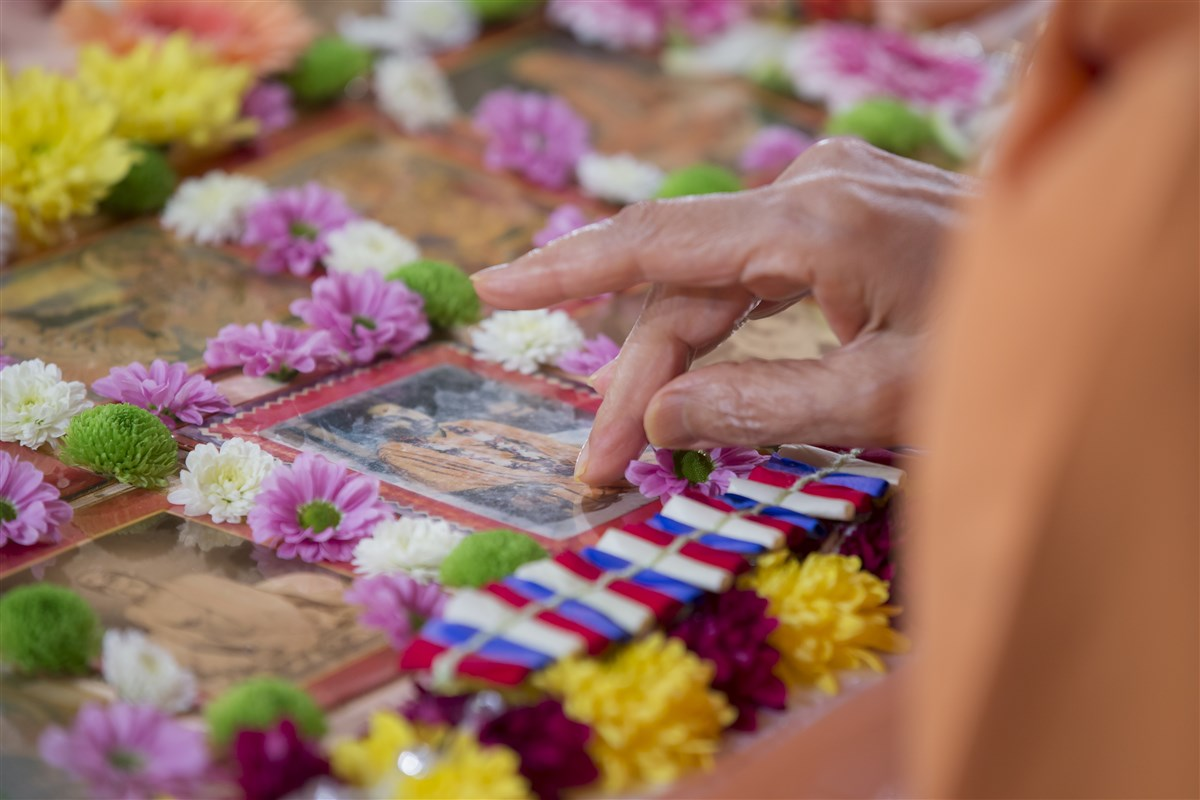 Swamishri pays his respects to the murti of Pramukh Swami Maharaj in his puja