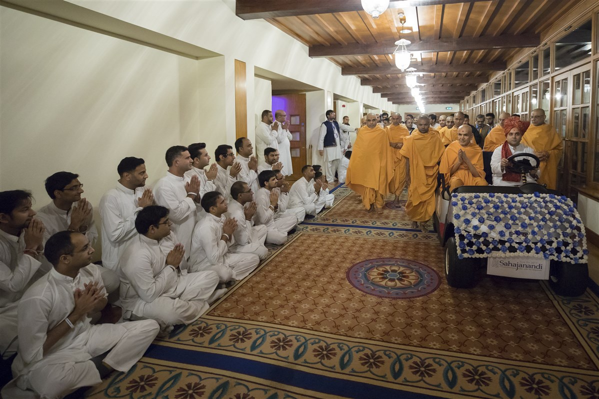 Swamishri greets yuvaks on his way to the assembly hall