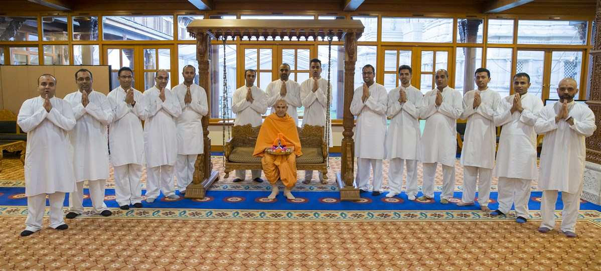 Swamishri with the national Yuvak Mandal volunteers