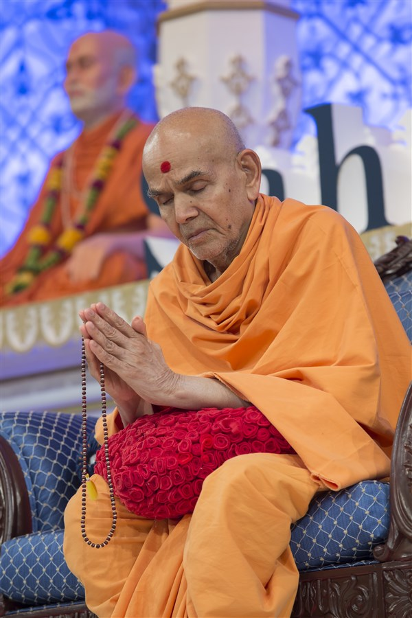 Swamishri engrossed in meditative silence during the final prayers...