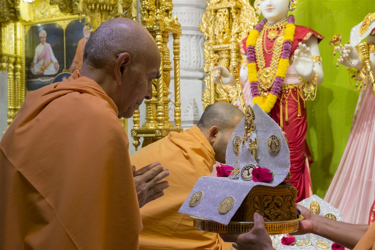 Swamishri engrossed in the darshan of Thakorji