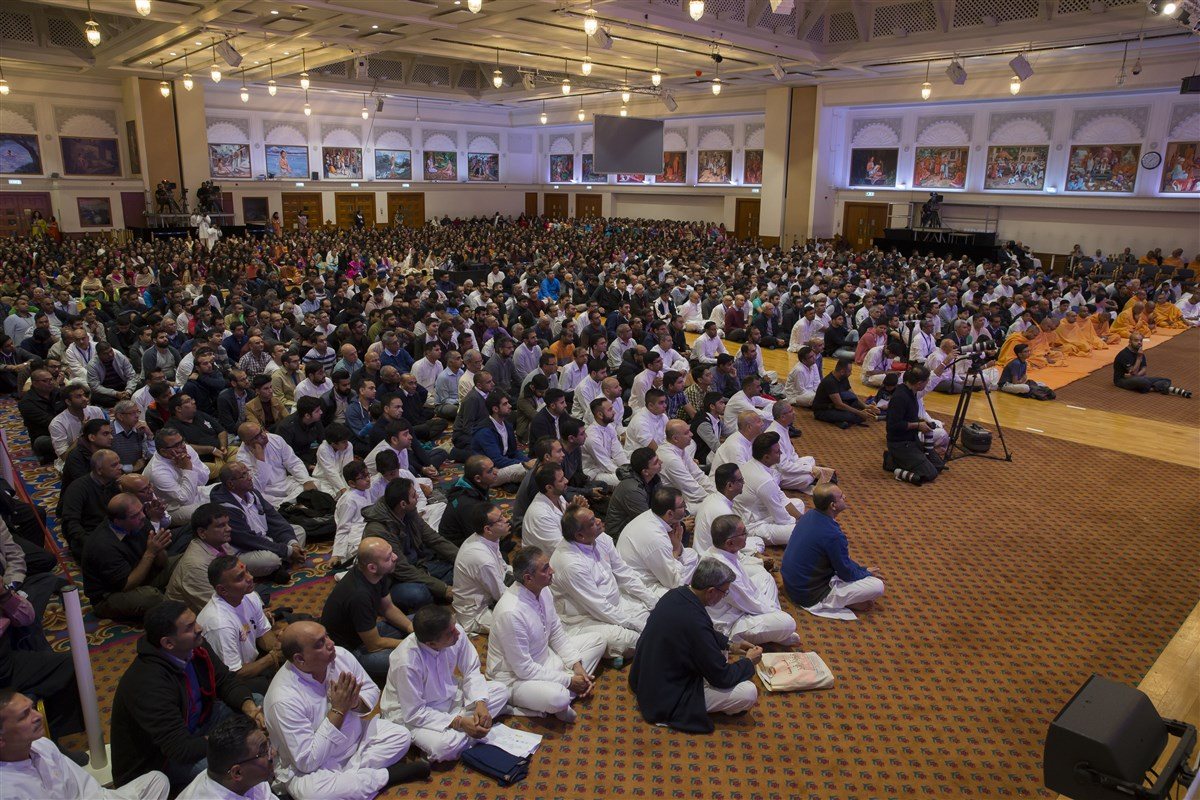 Devotees listen attentively to Swamishri's blessings