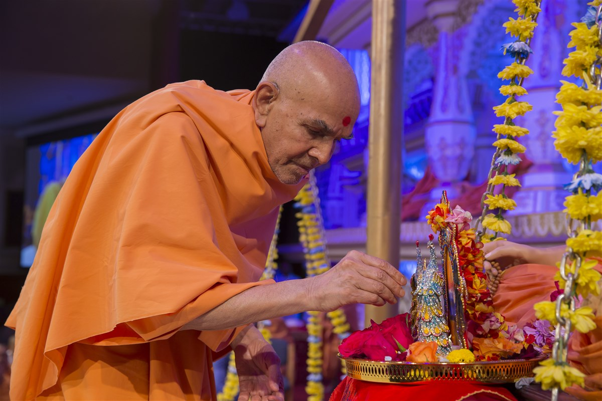 Swamishri performs the pujan of Shri Harikrishna Maharaj