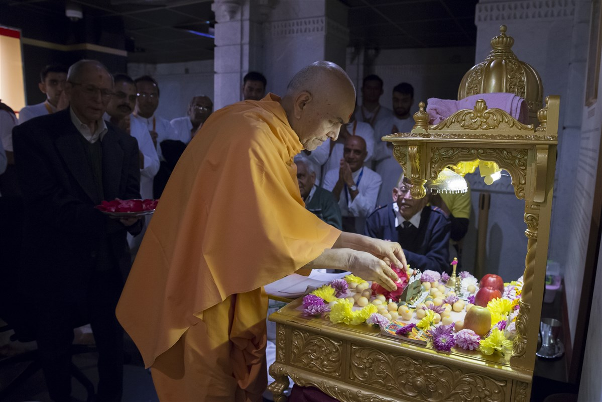 Param Pujya Mahant Swami Maharaj offers flowers to the mahapuja