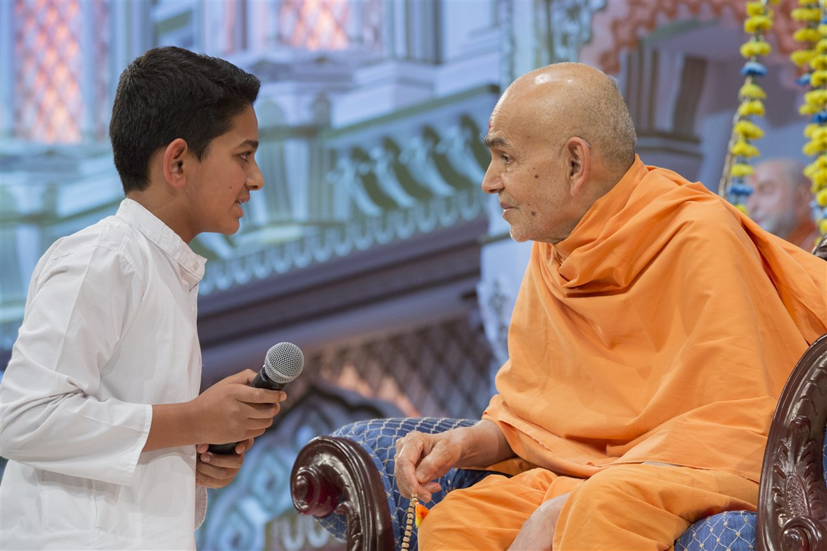 Devotees of all ages offer their prayers and pledges to Swamishri