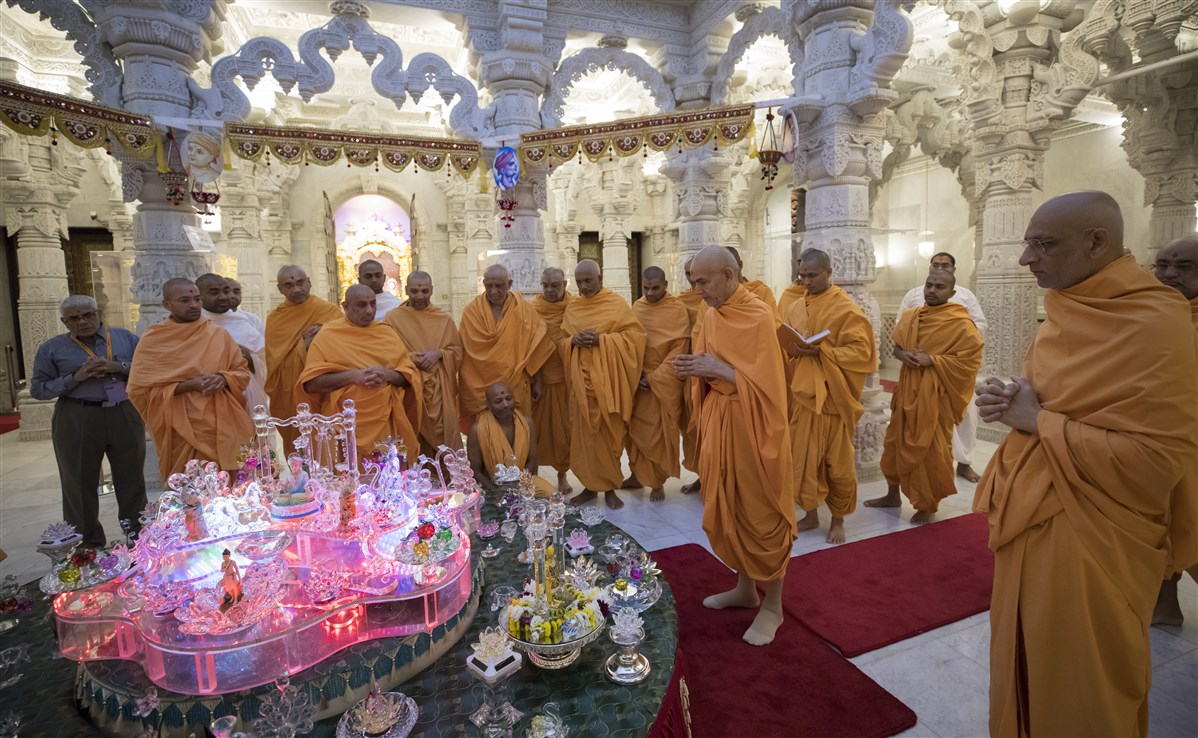 Swamishri observes a decorative display of crystals
