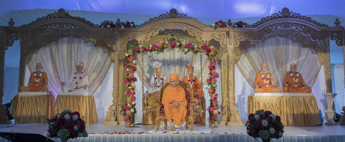 Swamishri presides over the inauguration assembly