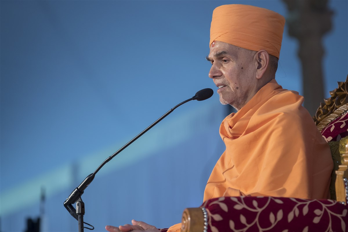 Swamishri commends the patience, sacrifices and devotional efforts of the local fellowship