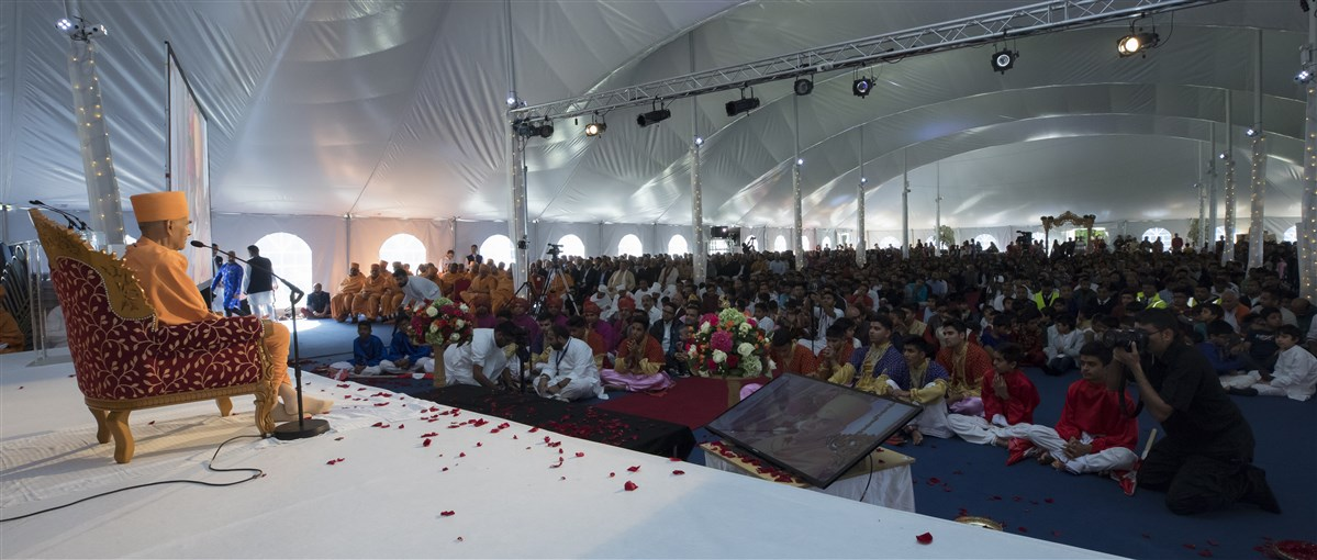Swamishri prays for the local community and urges them to benefit from the new mandir