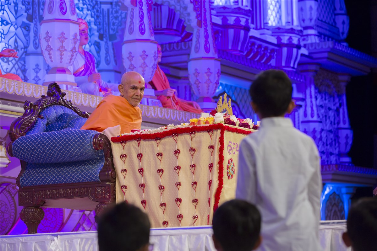 Swamishri listens attentively to a child's scriptural recital
