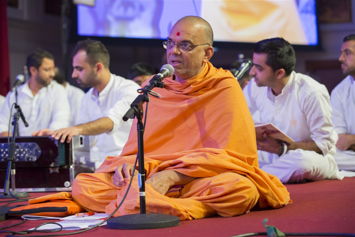 Narayanmunidas Swami provides the narrative links between the segments of singing