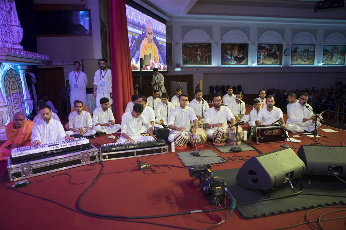 Youths present a musical life story of Pramukh Swami Maharaj during Swamishri's puja