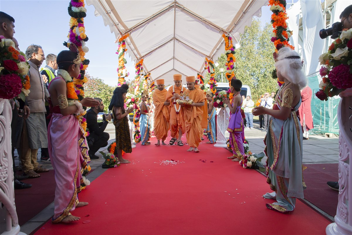 Swamishri arrives at the new BAPS Shri Swaminarayan Mandir in Chigwell, East London