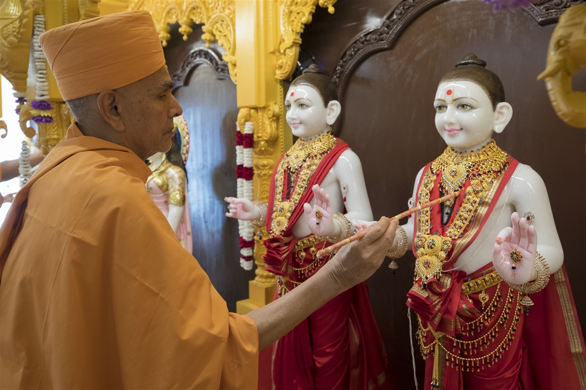 Swamishri performs the murti pratishtha ceremony...