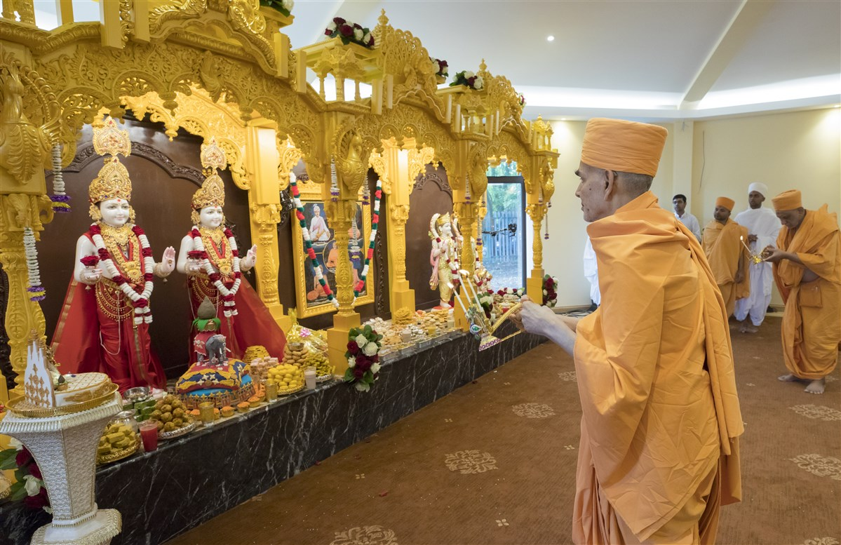 Swamishri performs the first arti of the newly infused murtis