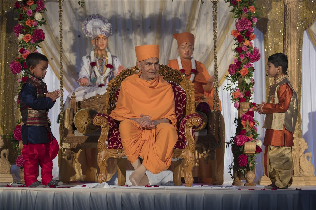 Children present their prayers to Swamishri
