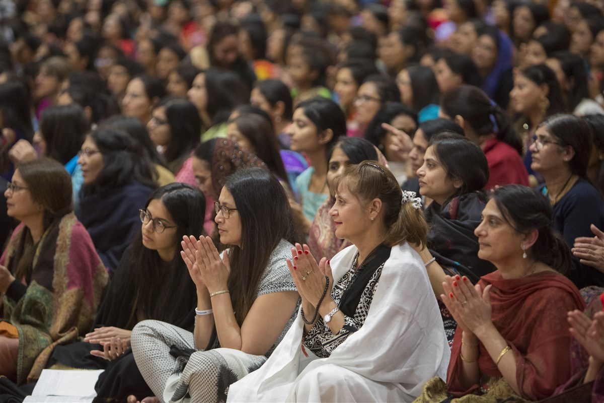 Devotees enjoy the kirtans about Pramukh Swami Maharaj