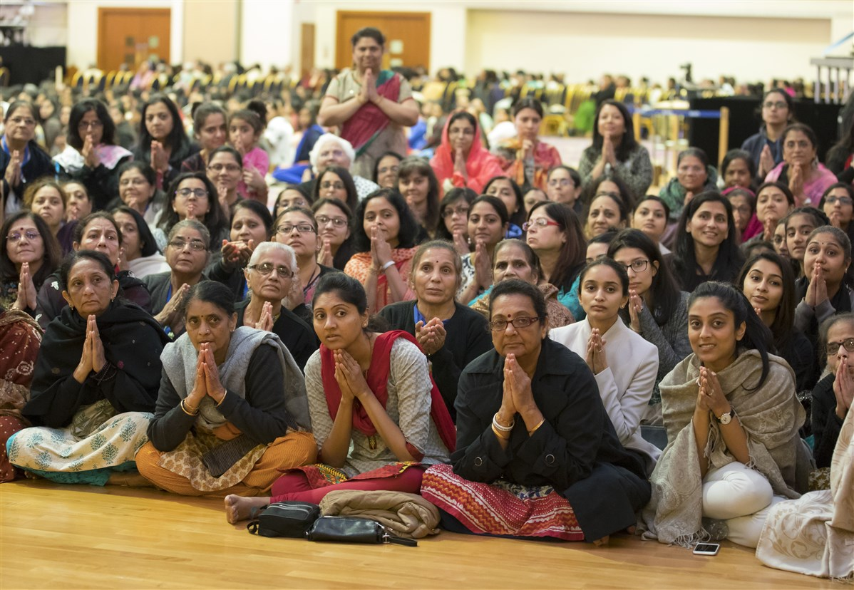 Devotees engrossed in Swamishri's darshan as he passes