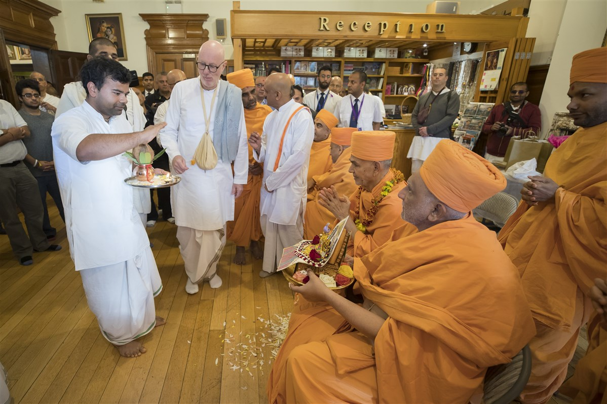 Harikrishna Maharaj and Swamishri are accorded a traditional Vaishnav welcome