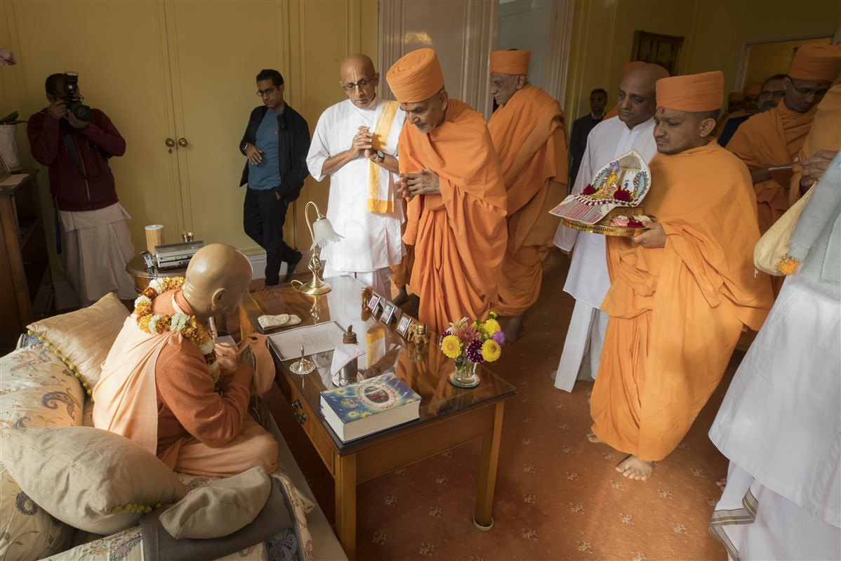 Swamishri visits the room of Bhaktivedanta Swami Prabhupada