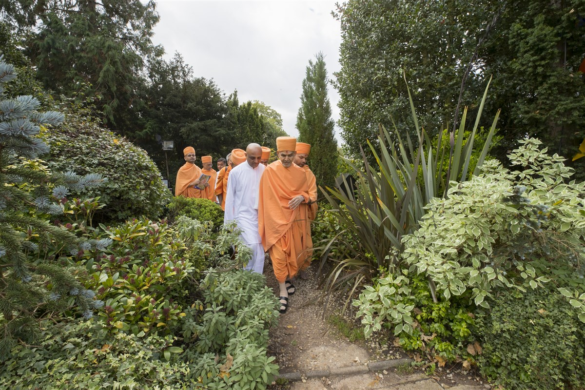 Swamishri visits the garden