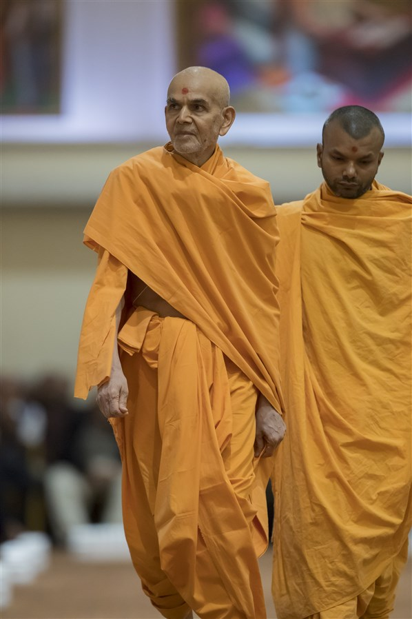 Swamishri looks on at swamis during his walk
