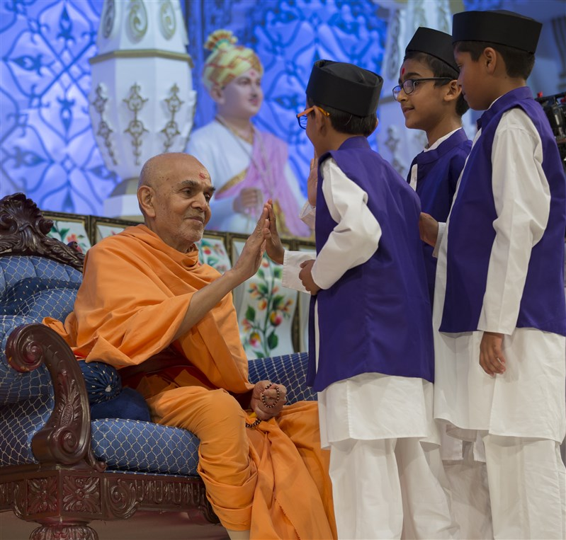 Swamishri engages with the child presenters