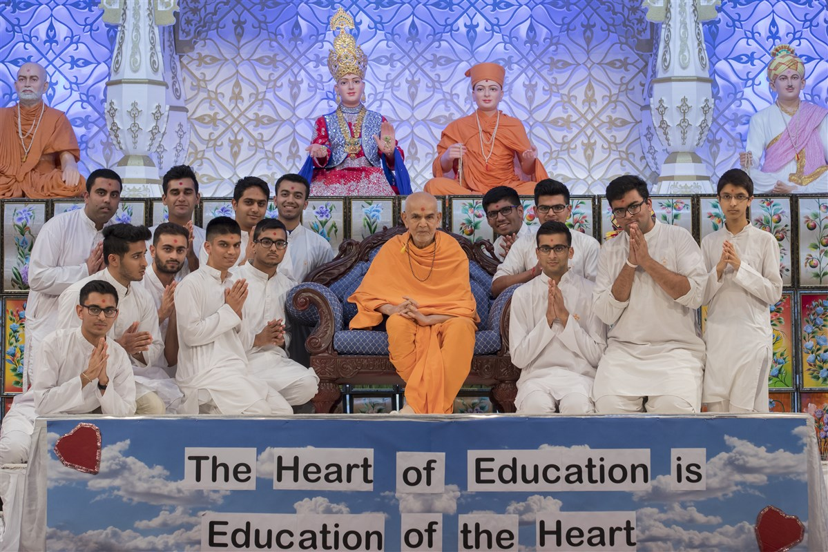 Swamishri with the high-achievers of the national Kishore Mandal Adhiveshan