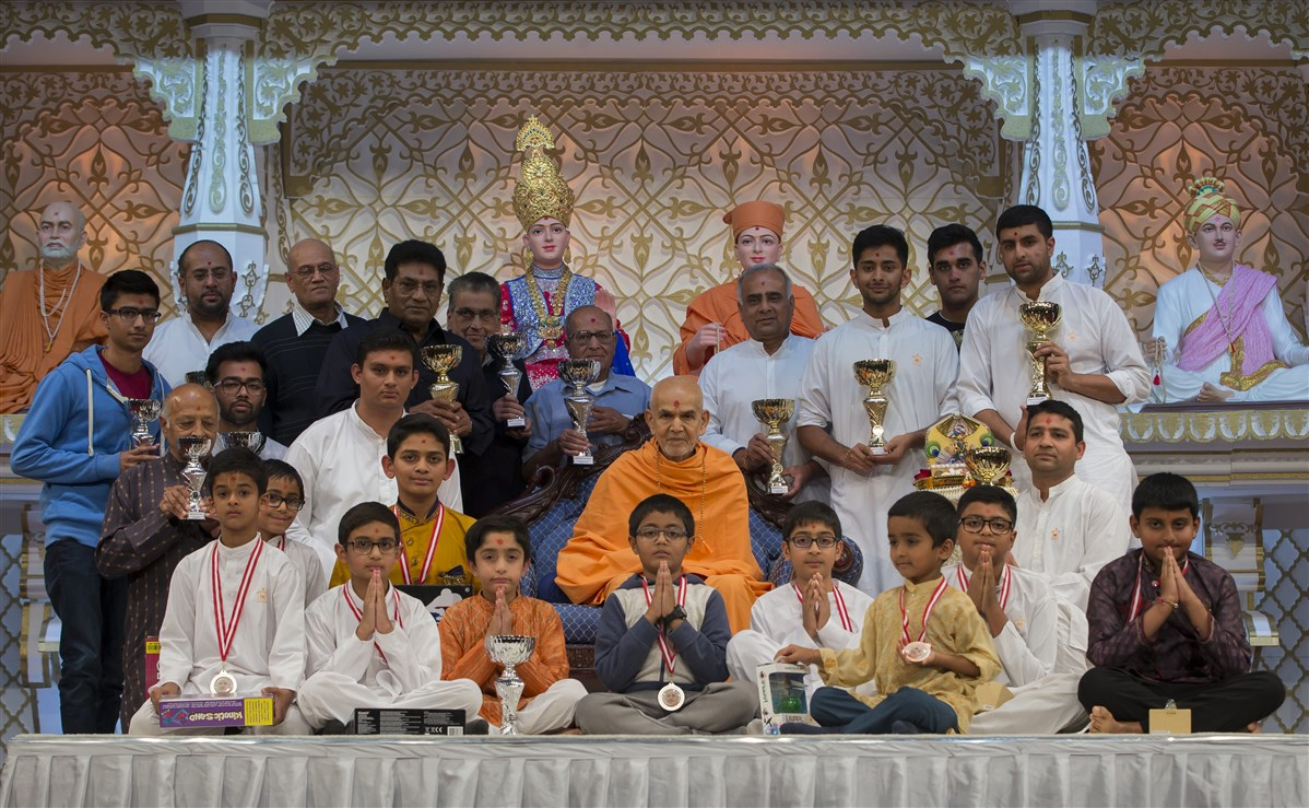 Swamishri with the high-achievers of the Annual Charity Challenge