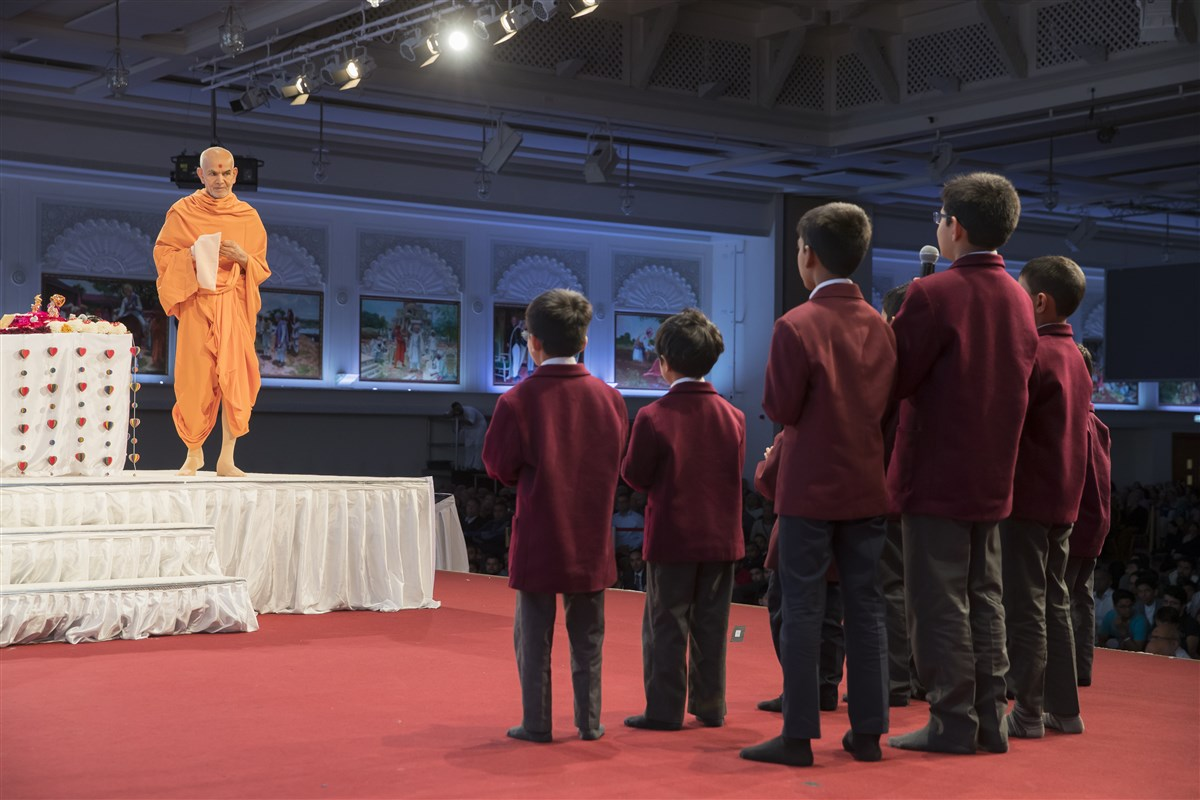 Swamishri acknowledges the children's presentation during his pradakshinas