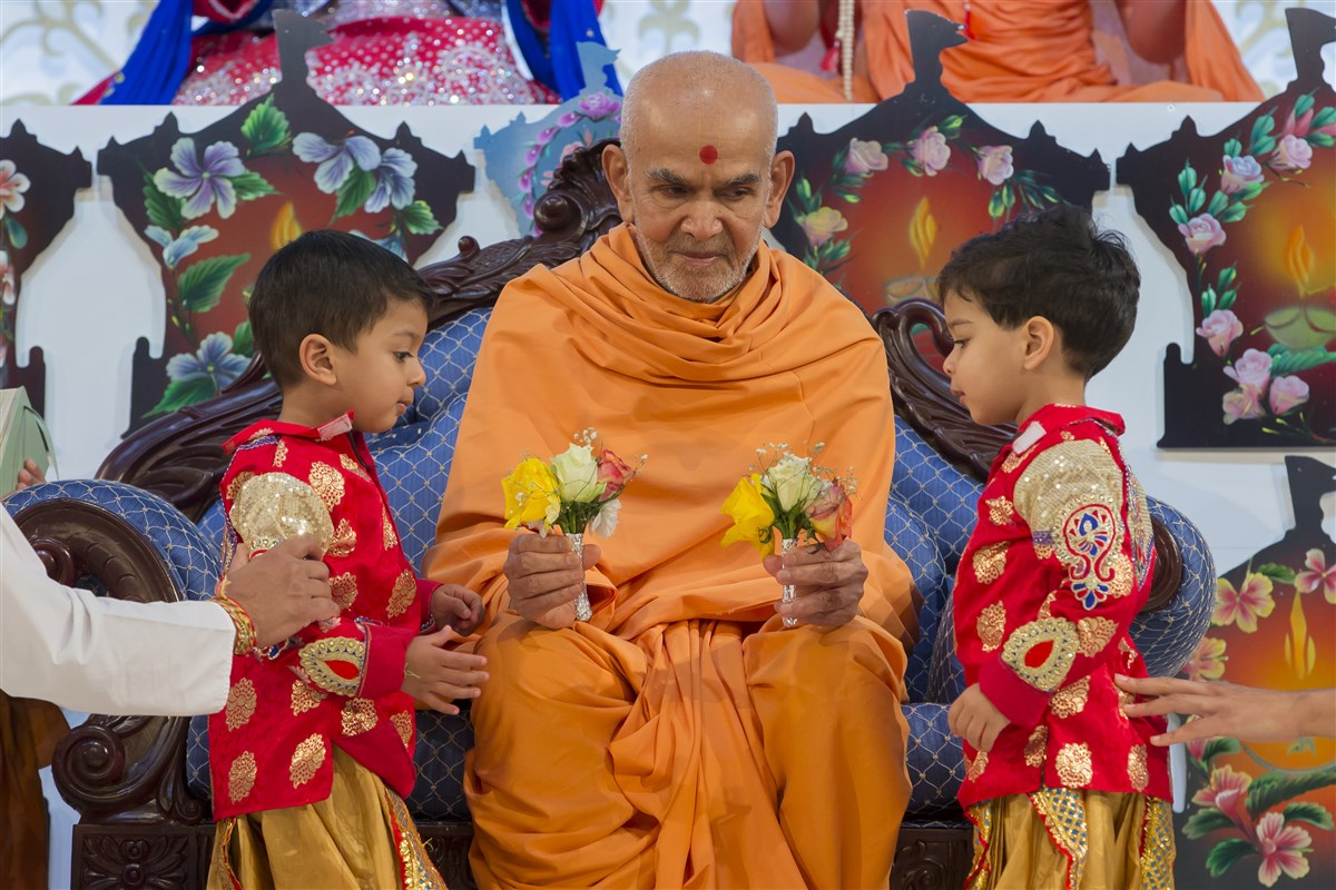 Swamishri blesses both children