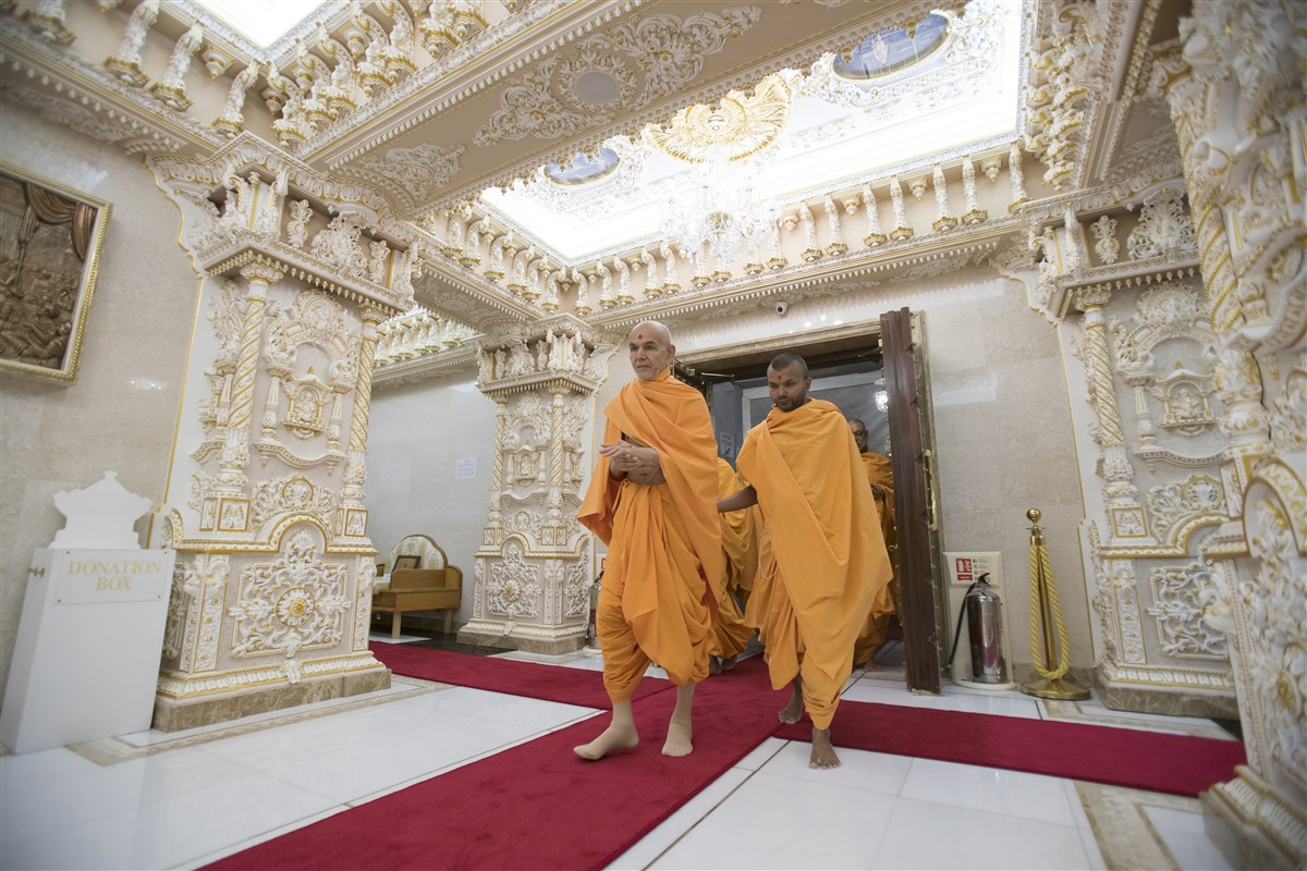 Swamishri arrives in the Abhishek Mandap
