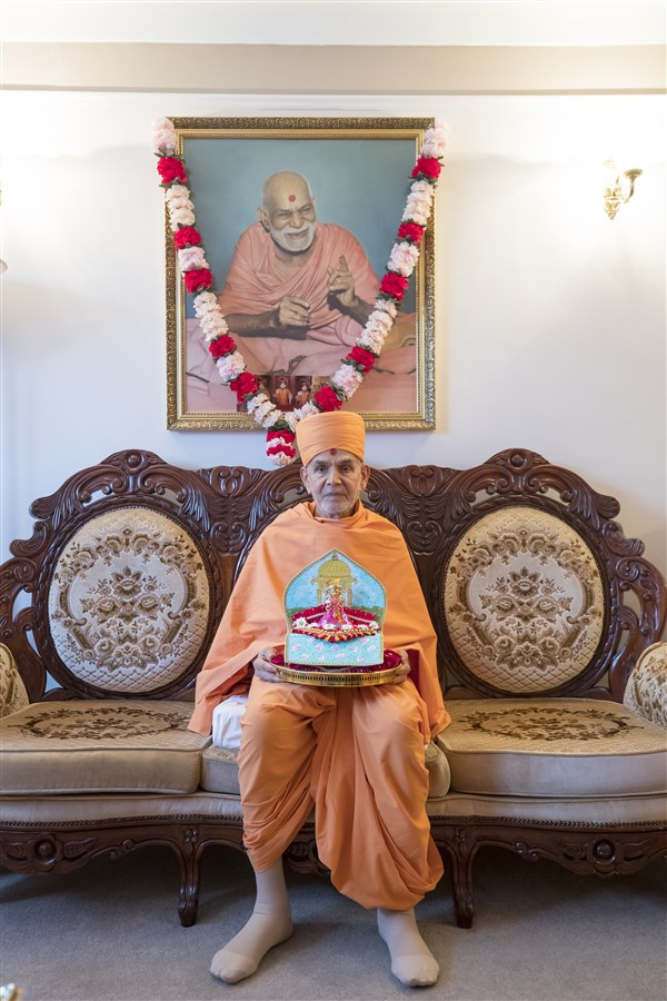 Swamishri graces the sanctified home