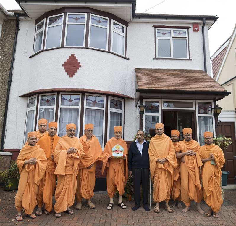 Swamishri visits the sanctified home in Dollis Hill where Yogiji Maharaj stayed during his visit in 1970