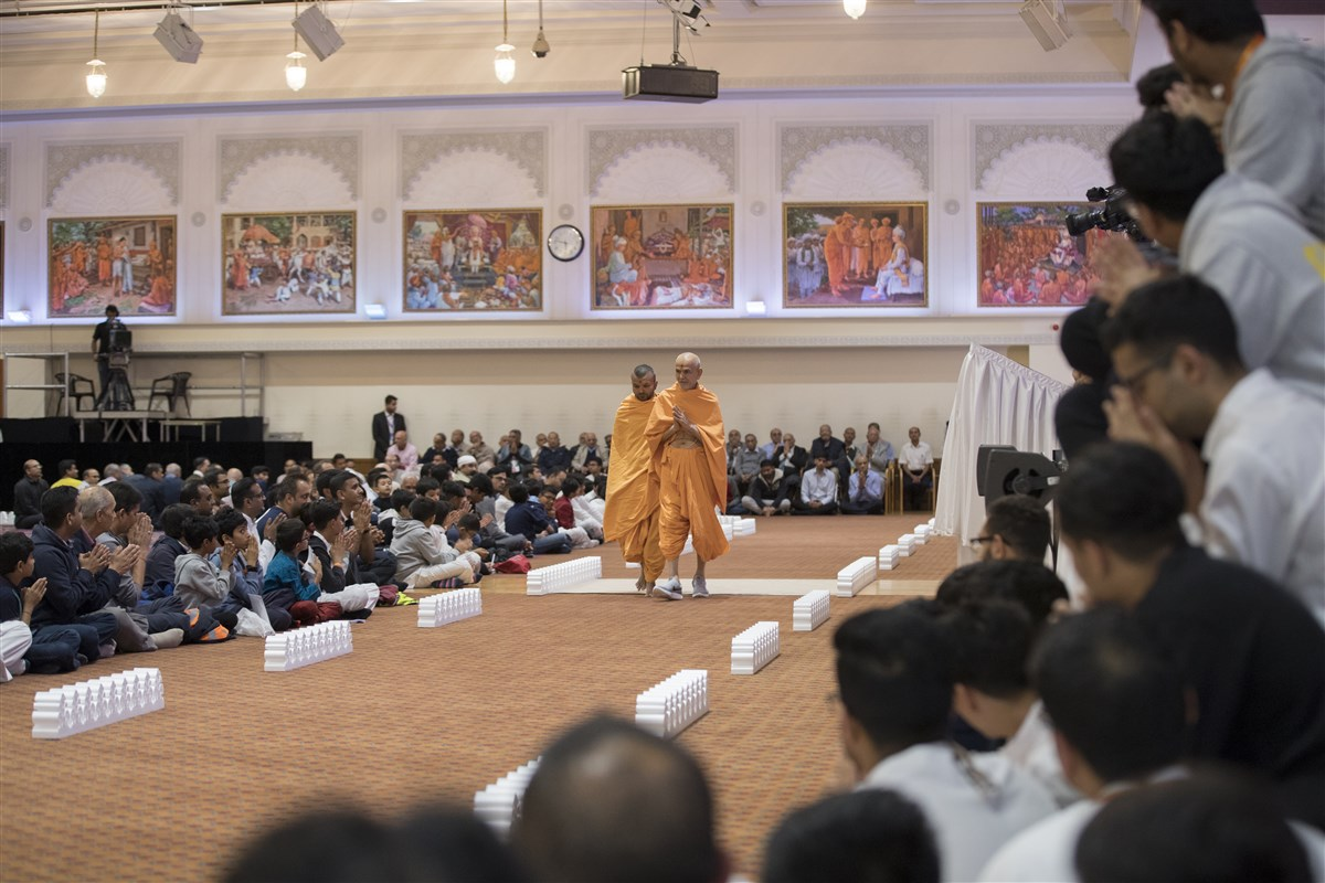 Swamishri conducts his evening walk in the assembly hall