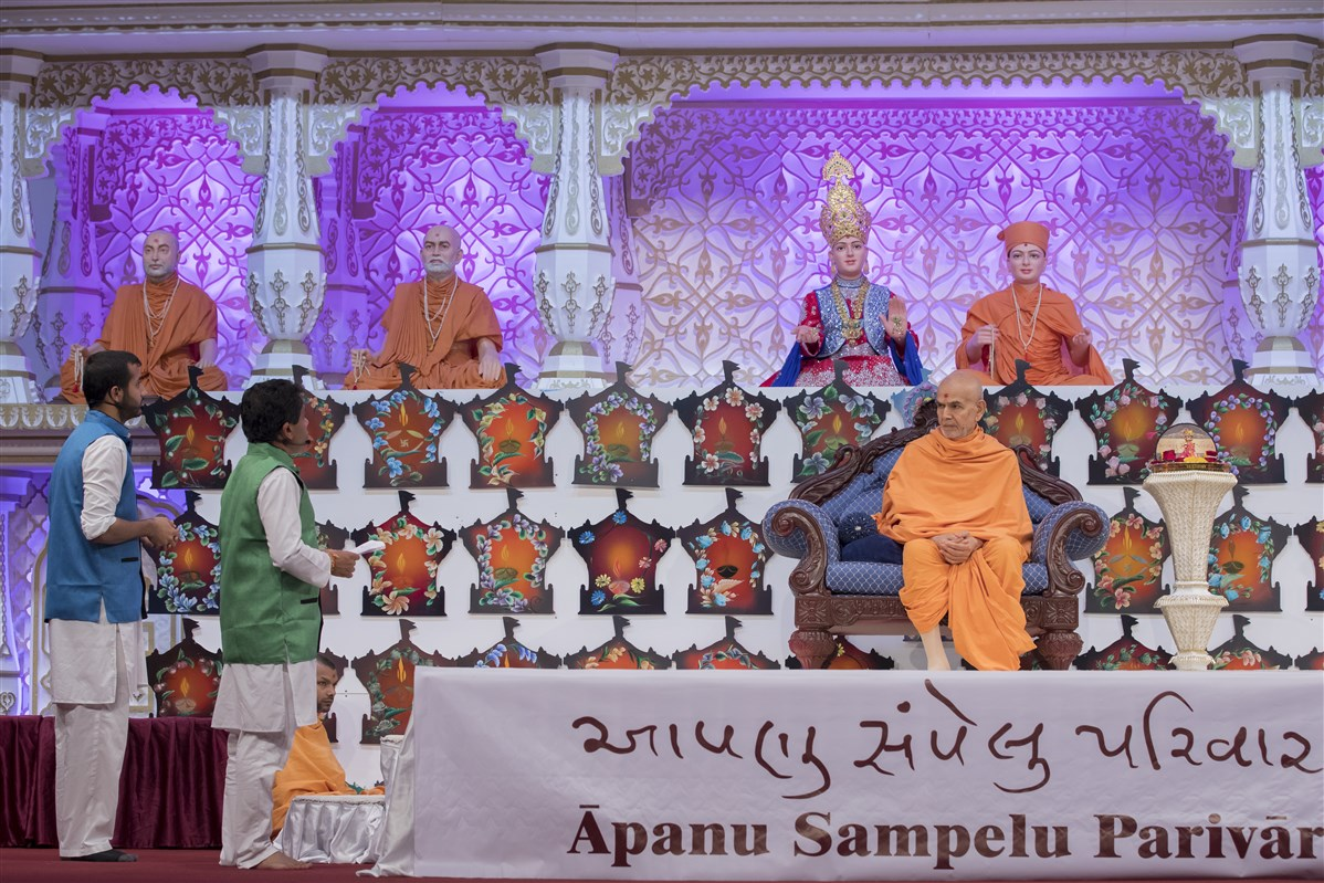 The presenters request Swamishri to impart his wisdom and blessings
