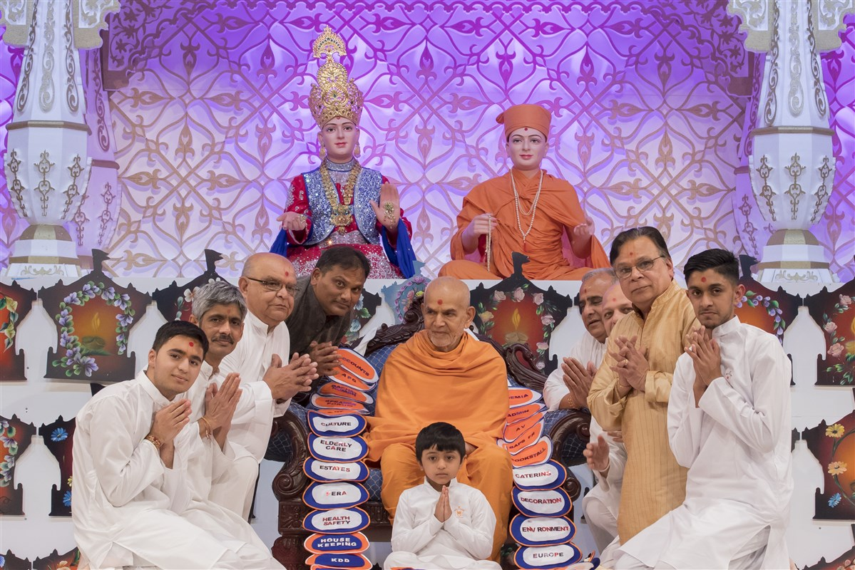 Devotees of all ages offer a thematic garland to Swamishri on behalf of all the departments