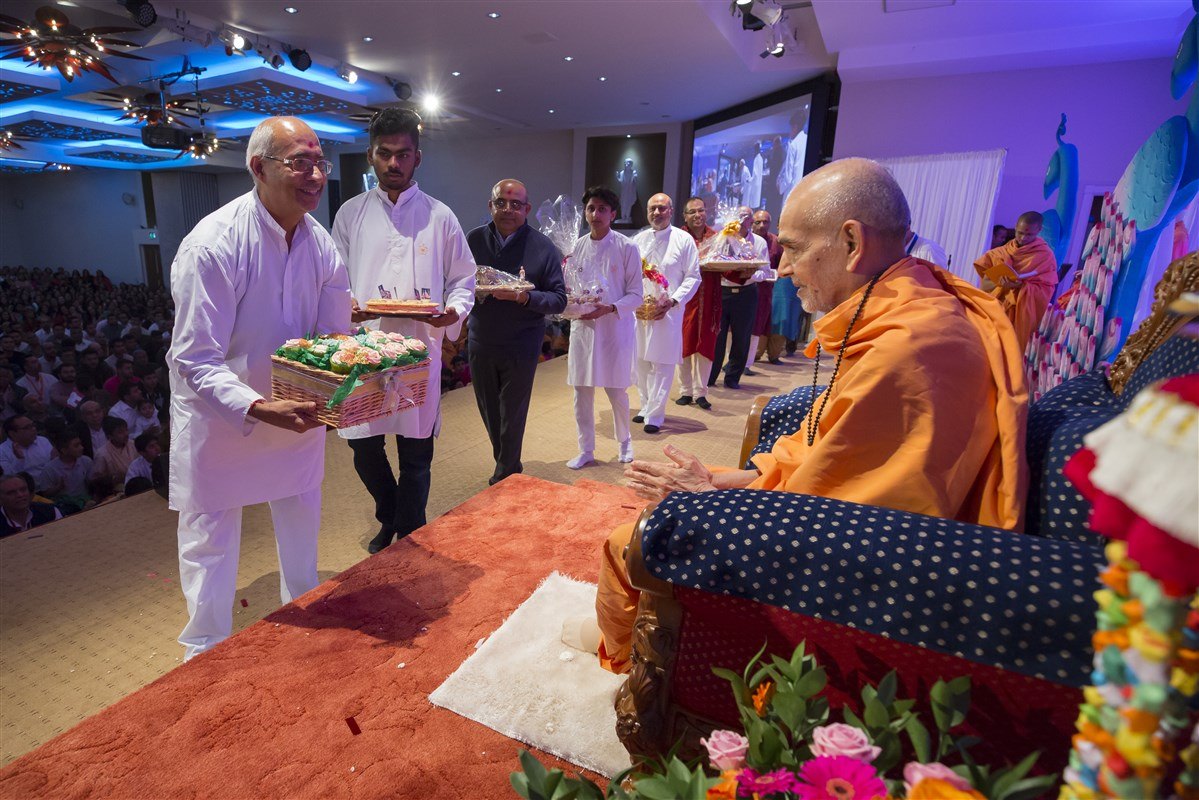 Devotees from around the UK accord a devotional welcome to Shri Harikrishna Maharaj and Swamishri