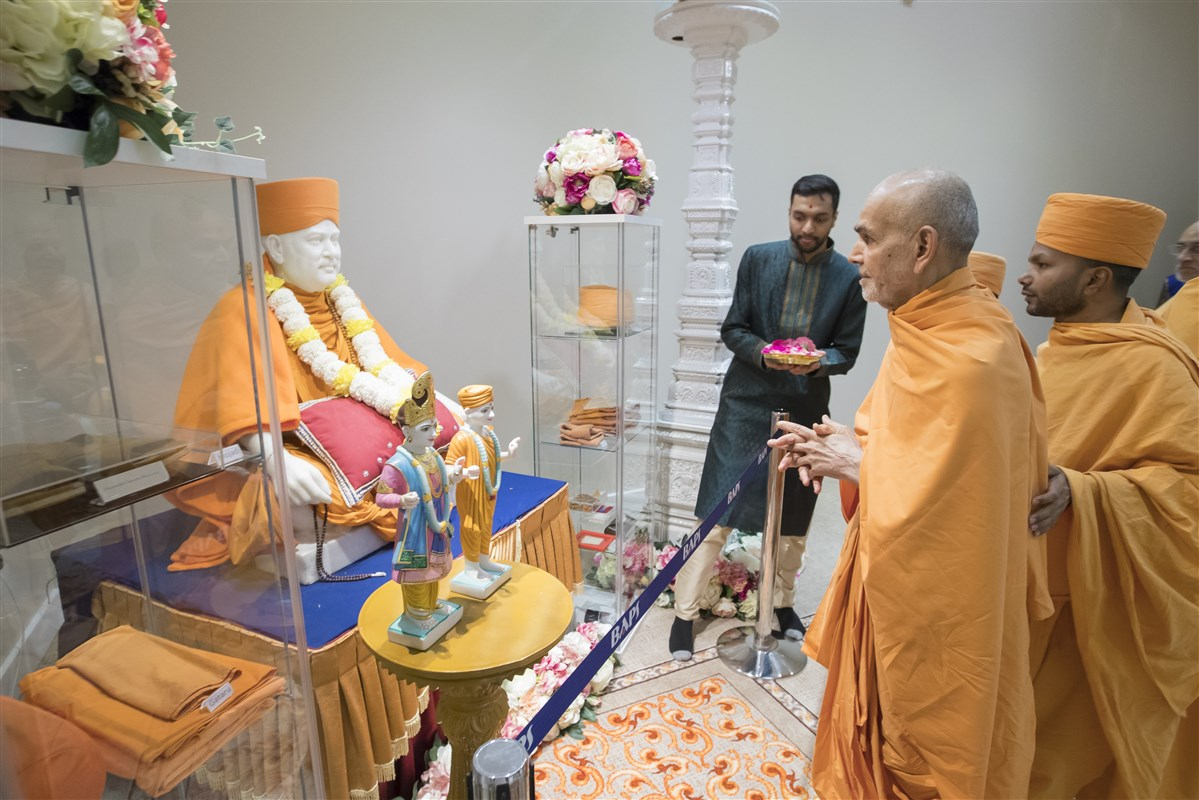 Swamishri engaged in the darshan of Pramukh Swami Maharaj and an exhibition of his holy relics